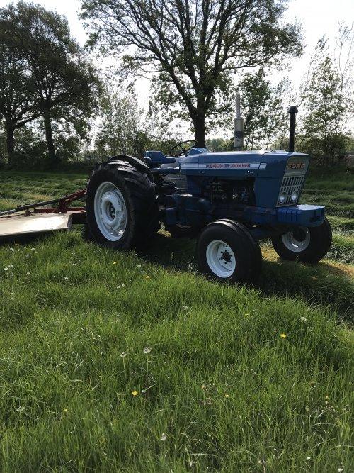eerste snee maaien. Geplaatst door fordson op 11-05-2019 om 11:58:55, op TractorFan.nl - de nummer 1 tractor foto website.