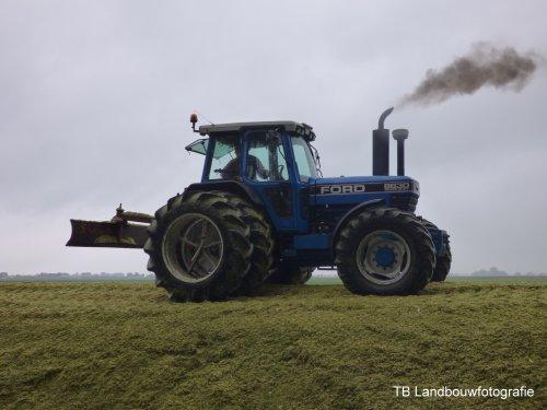 Foto van een Ford 8630. Melkveebedrijf Hensbergen rijdt de mais aan met hun eigen hobby trekker: puike Ford 8630!