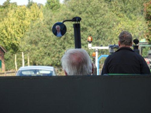 Foto van een Ford 5000 Foto van de chauffeur via de spiegel @grondkar. Geplaatst door dickt op 02-11-2019 om 18:38:32, op TractorFan.nl - de nummer 1 tractor foto website.