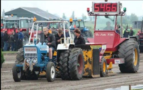 Foto van een Ford 3000 lutje Ford even voor de sleepwagen. Geplaatst door tjeerd-leistra op 28-12-2019 om 20:27:25, op TractorFan.nl - de nummer 1 tractor foto website.