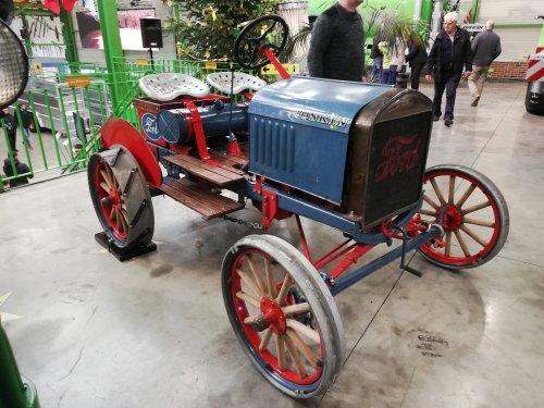 Foto van een Ford Onbekend, stond bij Joskin tijdens de opendeurdagen. 1 van de eerste trekkers? Niet zo gekend met hun oude trekkers. Kan uiteraard ook een omgebouwde auto zijn tot trekker. Ik hoop dat hier iemand is die het weet.
