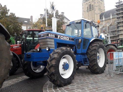 Foto van een Ford 8210 aan het demonstreren in Arnhem.. Geplaatst door contitour op 11-01-2020 om 20:40:28, op TractorFan.nl - de nummer 1 tractor foto website.