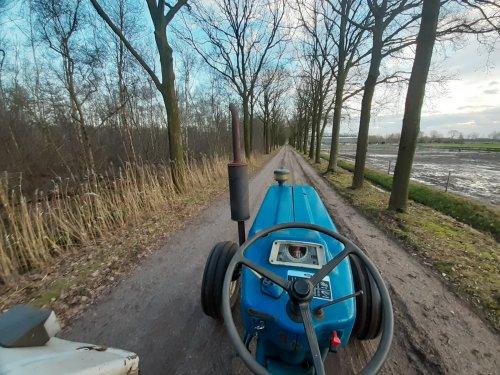 Foto van een Ford 5600 Het mooie zicht over de neus.. Geplaatst door new holland koen op 29-01-2020 om 10:45:29, met 11 reacties.