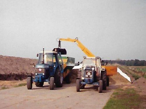Foto van een Ford 7710 en 5600. Een foto uit de oude doos. Hier wordt voer geladen met een nieuwe
