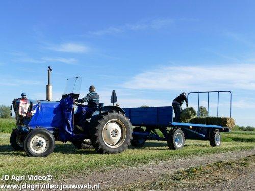 Foto van een Ford 3000 , Loonbedrijf Rijk van Engelen uit Nunspeet aan het baaltjes persen. ZIE OOK DE VIDEO  https://youtu.be/TmrWgSdbsFM