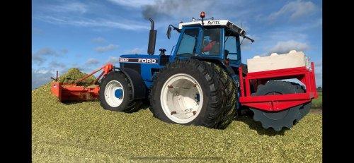 Onze 8830 op de maisbult! Met een holaras 5m maïsschuif en een aandrukwals van simonservice die maarliefst 3600kg weegt💪🏻