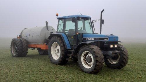 Foto van een Ford 7840 met mesttank. Beetje mistig vanochtend, maar volgende week hebben ze het weer over regen, dus toch maar begonnen om wat ruimte in de put te krijgen.