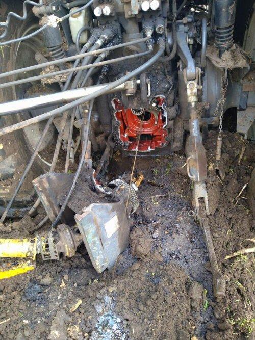 Foto van een Ford Onderdelen meerdere onderdelen van een ford waar ze eigenlijk niet horen. Foto via watts app gekregen