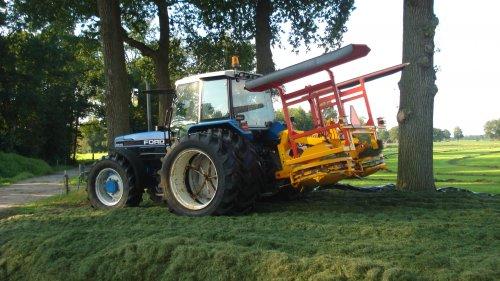Foto van een Ford 8340, bezig met gras inkuilen.. Geplaatst door ul op 18-09-2008 om 20:09:11, met 2 reacties.