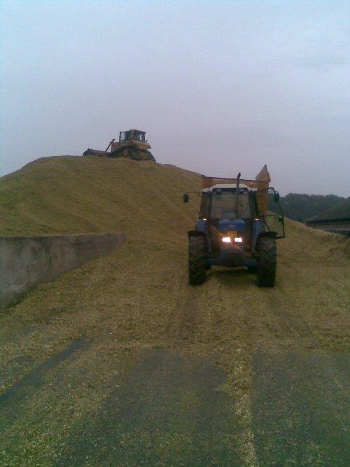 Foto van een Ford 8340, bezig met maïs inkuilen.  Volker BV de Lutte  Boer: Spiele de Lutte. Geplaatst door Mf-8480-power op 21-01-2010 om 23:25:45, met 8 reacties.