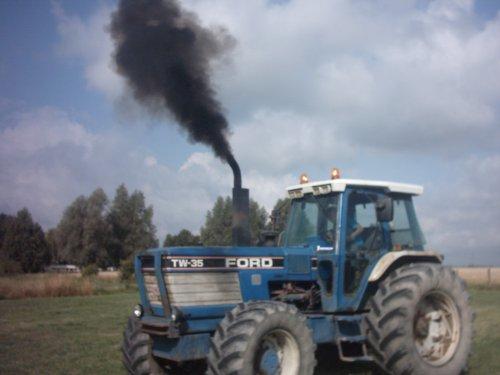 Foto van een Ford TW 35, bezig met poseren. 240pk en gas geven. Geplaatst door alhyco diver op 28-07-2010 om 10:26:00, met 24 reacties.