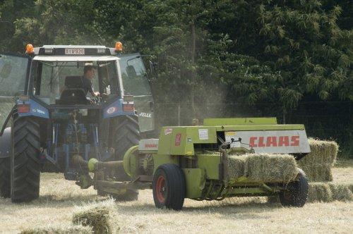Foto van een Ford 8240, bezig met balen persen met een Claas Markant 55.. Geplaatst door fendt-714 op 26-02-2011 om 21:03:22, op TractorFan.nl - de nummer 1 tractor foto website.