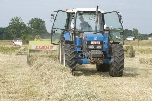 Foto van een Ford 8240, bezig met balen persen.. Geplaatst door fendt-714 op 26-02-2011 om 21:05:07, op TractorFan.nl - de nummer 1 tractor foto website.