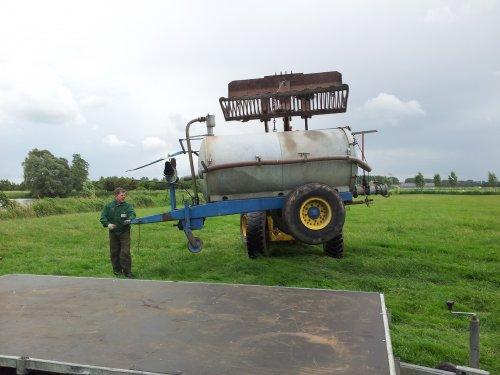 Foto van een Ford Shovel bezig met een laden van een tank die vanmiddag is opgehaald door een pool.. Geplaatst door laak op 18-06-2011 om 20:11:02, met 6 reacties.