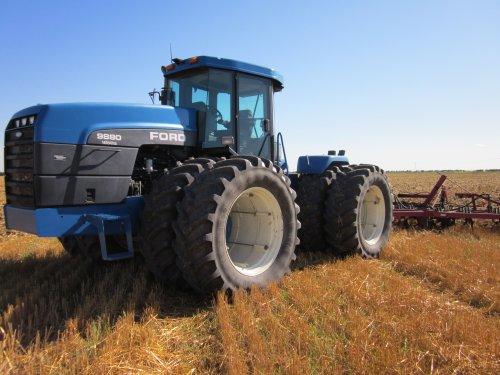 Foto van een Ford 9880, bezig met cultivatorwerkzaamheden in Manitoba Canada, met deze trekker heb ik 350ha bewerkt.