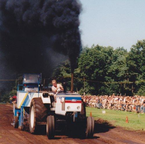 Foto van een Ford 401, bezig met tractorpulling, Panningen juli 2002. Geplaatst door zepie57 op 14-11-2012 om 13:05:14, met 13 reacties.