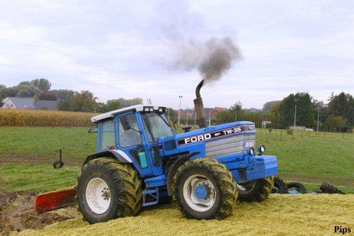 Loonbedrijf Van Mulders uit Baardegem (b) rijdt de maïs  vast met de rokende TW-35 (2012). Geplaatst door pips op 06-01-2013 om 11:20:38, met 15 reacties.