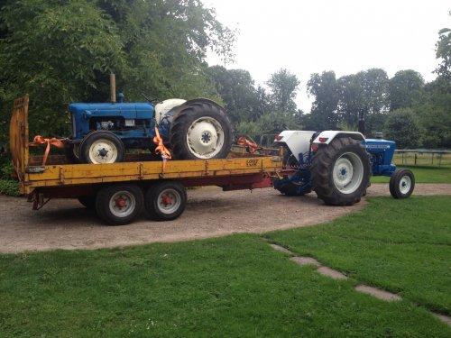 Foto van een Ford 4000, druk bezig met Poseren.. Geplaatst door MartijnvanHeerde op 18-08-2013 om 22:16:59, op TractorFan.nl - de nummer 1 tractor foto website.