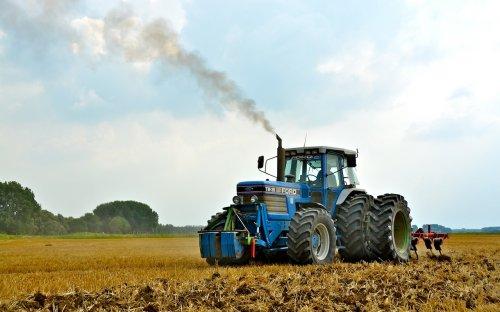 Land lostrekken met een Ford TW 35 met Kongskilde Vibro flex 4300 cultivator van akkerbouwbedrijf Janse uit Hank.  http://www.youtube.com/watch?v=6-c0A4VxO80
