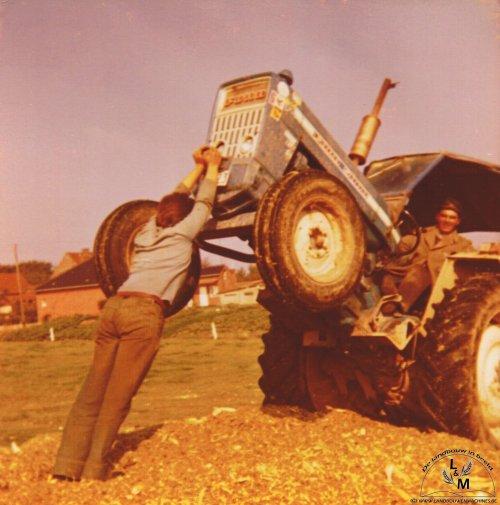 Een foto van 1975, loonbedrijf Veys L uit Ellezelles (B) rijd de maiskuil op met een Ford 5000. Het bedrijf kent een mooie geschiedenis en De oude doos van Landbouw en Machines.be heeft daar een prachtige fotoreeks van online gezet, als vroeg kerstcadeautje ;-). Een vijftal jaar terug vond ik de eerste keer hun maisteam, de Record silagewagens in gele kleur zijn zowat de herkenpunten van het bedrijf.   Het bedrijf kent een lange geschiedenis, men denkt dat er in de familie al zo een 115 tot 120 jaar aan loonwerk wordt gedaan.  De moeite waard om eens een kijkje te nemen op de oude doos!  Meer info is te vinden op: http://home.euphonynet.be/deoudedoos/