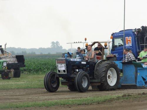 Foto van een Ford 4600, bezig met trekkertrekken.. Geplaatst door NicolaasK op 28-07-2014 om 13:23:52, met 3 reacties.
