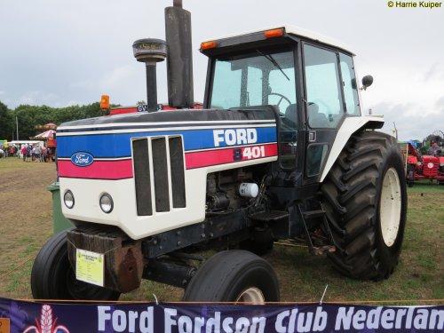 Foto van een Ford 8401, bezig met poseren. Panningen 2015. Geplaatst door oldtimergek op 24-08-2015 om 15:34:41, op TractorFan.nl - de nummer 1 tractor foto website.