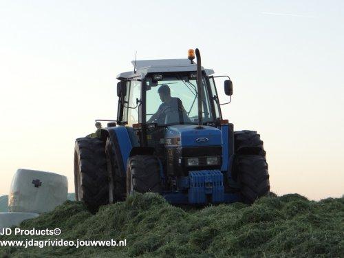 Foto van een Ford 7840,  loonbedrijf Mts. van Engelen uit Nunspeet aan het gras inkuilen. ZIE OOK DE VIDEO https://www.youtube.com/watch?v=IlHhx9-yMiA