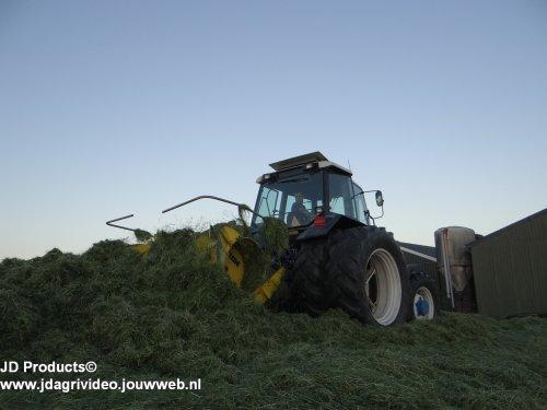 Foto van een Ford 7840 ,  loonbedrijf Mts. van Engelen uit Nunspeet aan het gras inkuilen. ZIE OOK DE VIDEO https://www.youtube.com/watch?v=IlHhx9-yMiA