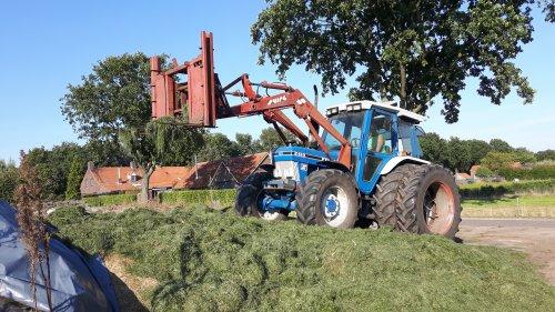 Foto van een Ford 6410. Geplaatst door fendt612s op 24-09-2016 om 19:51:10, op TractorFan.nl - de nummer 1 tractor foto website.