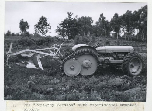 Foto van een Fordson Major/roadless / half track   http://www.forestry-memories.org.uk. Geplaatst door fomoco60 fomoco60 op 25-12-2016 om 12:24:42, met 5 reacties.