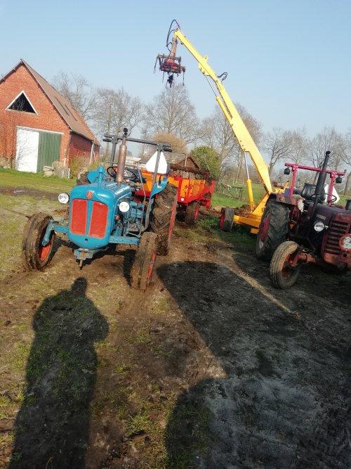 Mestrijden met een fordson dexta met miedema mestwagen en cormick d326 met krüger kraan. Geplaatst door Hielko1 op 02-06-2019 om 15:51:34, op TractorFan.nl - de nummer 1 tractor foto website.