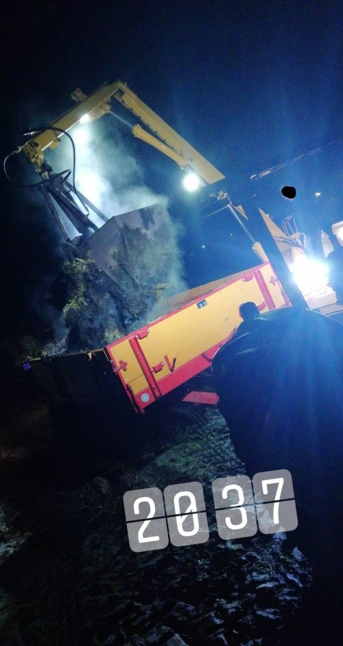 Mestrijden met een fordson dexta met miedema mestwagen en cormick d326 met krüger kraan. Geplaatst door Hielko1 op 02-06-2019 om 15:51:39, op TractorFan.nl - de nummer 1 tractor foto website.