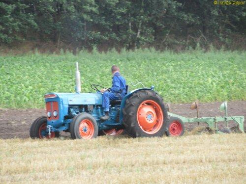 Foto van een Fordson Super Dexta. Geplaatst door oldtimergek op 13-08-2019 om 20:34:56, op TractorFan.nl - de nummer 1 tractor foto website.