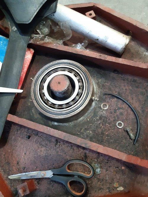 Foto van een Fordson Doe Triple D. Detail van de middenlagering. Een zelfinstellend kogellager en daar onder een tonlager. Daar binnen een moer van 80 mm hoog en 70 mm dik en 2