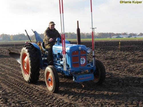 Foto van een Fordson Dexta  , nationale ploegwedstrijd 22/11/2019 in Stadskanaal. Geplaatst door oldtimergek op 02-05-2020 om 09:59:40, op TractorFan.nl - de nummer 1 tractor foto website.