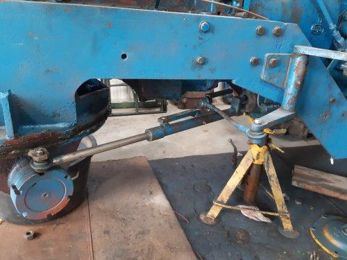 Foto van een Fordson Doe Triple D stuursysteem. Dit lijkt een  hydro cylindertje. Maar het is een volgcylinder die aan de draaischamel gemonteerd is. Daar aan is weer het mechanisme gemonteerd wat aan het stuurventiel komt. Doordat dit cilindertje er aan zit wordt het stuurventiel steeds in de neutrale stand gebracht nadat je de regelschuif bedient hebt met je stuurinrichting. Heel ingenieus systeem wat op de eerste modellen nog niet zat. Deze trekker is 1 van de laatste dus die is eigenlijk de ultieme uitvoering qua bedieningsgemak. Ik moet nu ineens haast maken om ze aan elkaar te monteren omdat ik een kenteken aangevraagd heb en ze bij de RDW nog nooit van een DOE gehoord hebben. Dus zoals zo vele willen ze van mij ook een foto van de gehele trekker. Dus maar even de tanden op mekaar en schroeven maar......