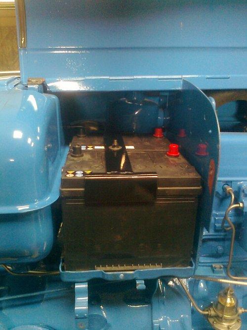 Foto van een Fordson Super Major. 2x 12 volt gemonteerd samen 145 Amp en koudstart 1000. Passen exact. Worden parallel geschakeld dus blijven 12 volt dit voor de wijsneuzen