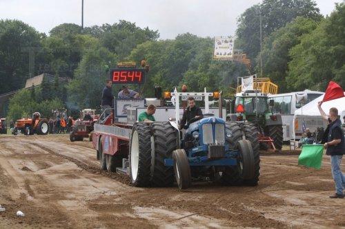 Foto van een Fordson Power Major, bezig met trekkertrekken.. Geplaatst door fendt power op 16-06-2013 om 21:38:11, op TractorFan.nl - de nummer 1 tractor foto website.