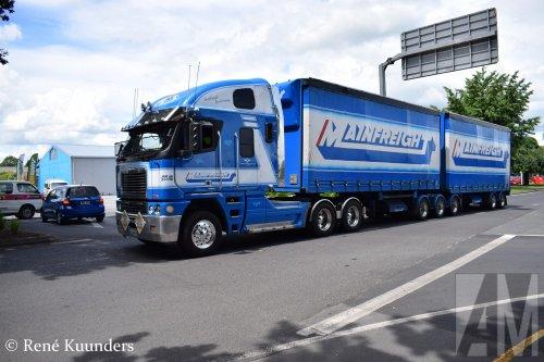 Foto van een Freightliner Argosy van Mainfreight (voorheen Wim Bosman) ('s-Heerenberg) ×, opgebouwd als zeilenwagen.