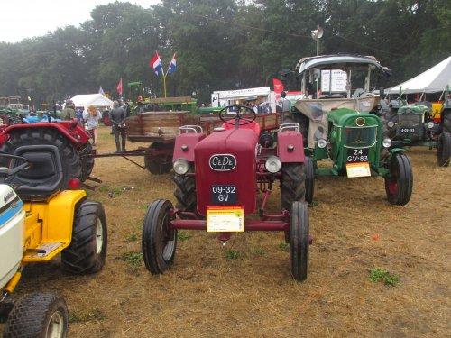 Foto van een GeDe 11 met rechts een deutz  D5505 en links een ihc cub cadet. Geplaatst door steyrlanzboy op 30-07-2019 om 07:55:53, op TractorFan.nl - de nummer 1 tractor foto website.
