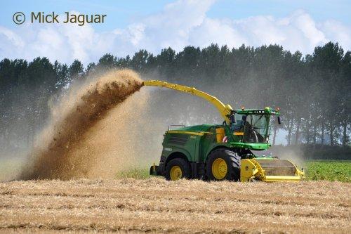 John Deere 8400i, bezig met stro hakselen. Loonbedrijf Paridaen uit Sint Kruis (NL)  Filmpje? ->  https://www.tractorfan.nl/movie/46581/