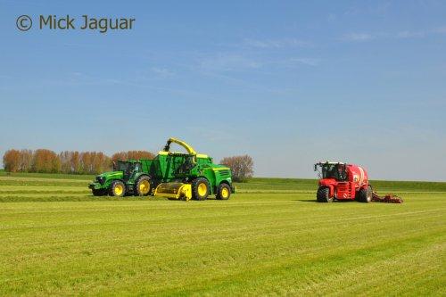John Deere 8400i en Vervaet Hydro Trike XL.  Filmpje? -> https://www.tractorfan.nl/movie/47003/. Geplaatst door Mick Jaguar op 31-01-2017 om 17:53:17, op TractorFan.nl - de nummer 1 tractor foto website.