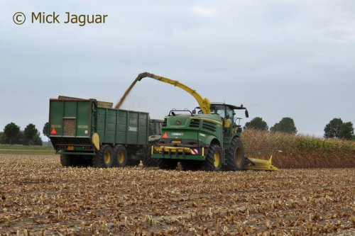 John Deere 8400i met Kemper 360plus voorzetstuk. Loonbedrijf Paridaen uit Sint Kruis (NL)  Filmpje? - > https://www.tractorfan.nl/movie/47192/