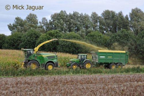 John Deere 8400i en John Deere 7810 met Record silagewagen. Loonbedrijf Paridaen uit Sint Kruis (NL)  Filmpje? - > https://www.tractorfan.nl/movie/47192/