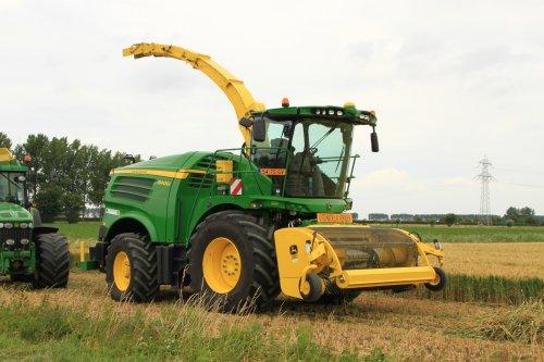 Foto van een John Deere 8400i (hakselaar). Geplaatst door alfredo op 29-07-2017 om 12:21:01, op TractorFan.nl - de nummer 1 tractor foto website.