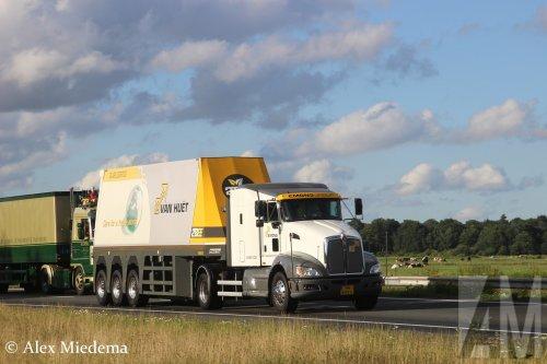 Hier zie je Emons Group Holding B.V. (Milsbeek) ×, Van Huet Glastransport B.V. (Tiel) × met een Kenworth T660 (vrachtwagen), opgebouwd met gesloten opbouw.