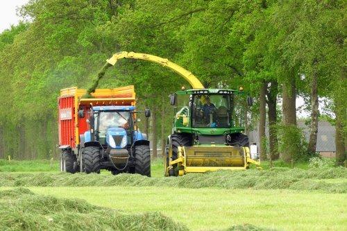 Gras hakselen door Jansen Heeten  https://www.youtube.com/watch?v=VO9uN1DVhLQ. Geplaatst door pekkerietfan op 22-01-2018 om 22:26:54, op TractorFan.nl - de nummer 1 tractor foto website.