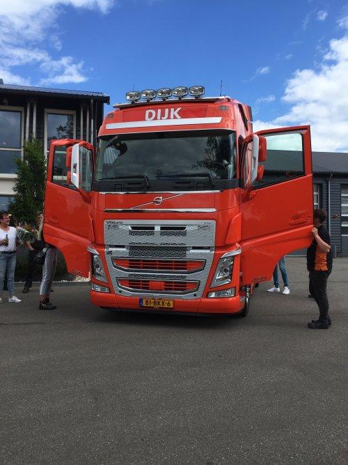 Hier zie je Varkenshandel C.B. Dijk B.V. (Brucht) × met een Volvo, opgebouwd voor dierenvervoer. Dit is een nieuwe auto van Varkenshandel DIjk