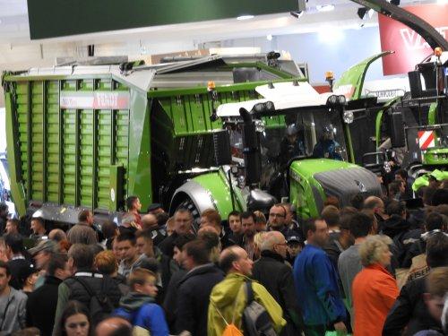 Foto van 'n bult miensen..... En een Fendt ?? met Tigo 75 XRD (opraapwagen) Agritechnica 2017. Geplaatst door Jotke op 08-07-2018 om 21:47:39, op TractorFan.nl - de nummer 1 tractor foto website.