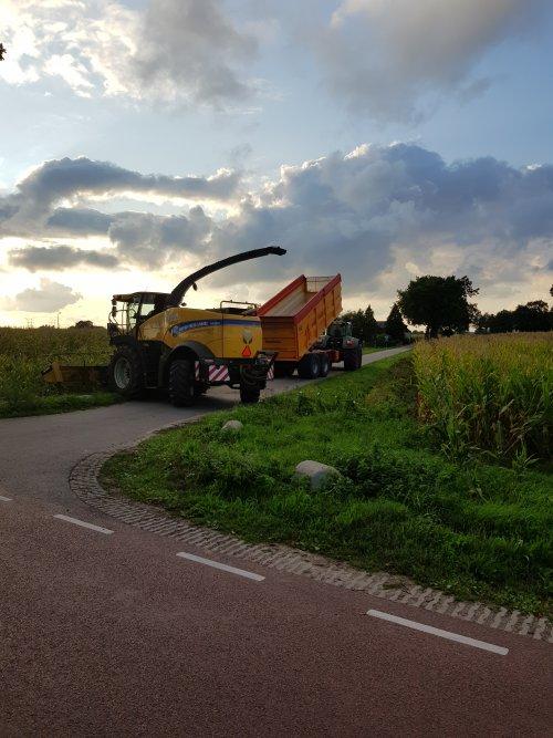 Foto van een New Holland FR550 van loonbedrijf Van den Heuvel. Aanmaaien met fendt 927 van loonbedrijf Van Kuijk met veenhuis mammoet silagekieper
